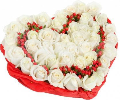 Сердце из 35 роз и зелени гиперикум