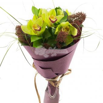 Букет из 5 орхидей с зеленью